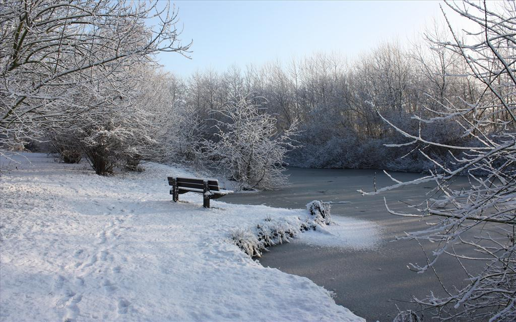 Fond d 39 cran bord de rivi re en hiver for Fond ecran gratuit pour ordinateur hiver
