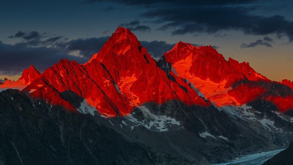 Fond d 39 cran coucher de soleil rouge sur les montagnes - Photo coucher de soleil montagne ...